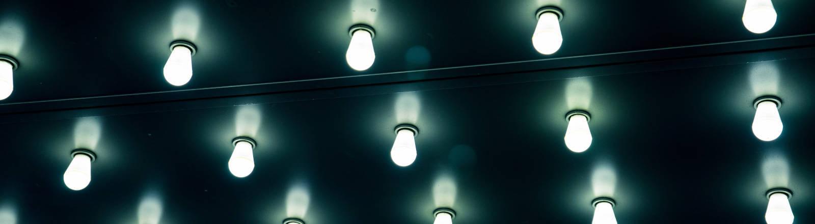 Eine Decke mit vielen LEP-Lampen