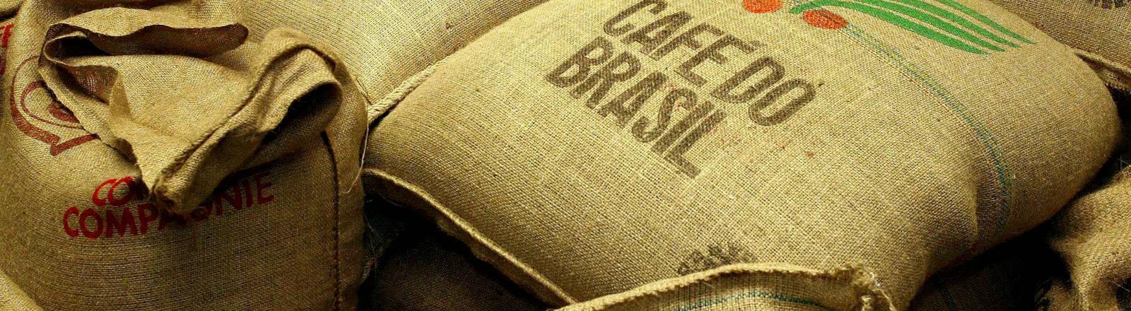Kaffeesäcke in einem Lager