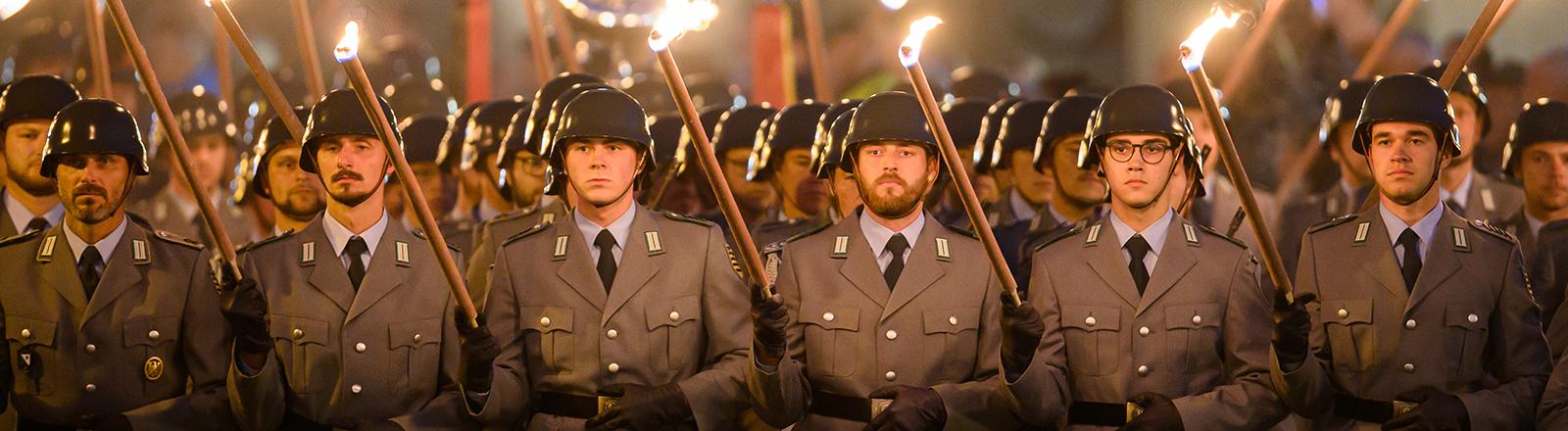 Soldaten mit Fackeln bei einem Großen Zapfenstreich am 6. Oktober 2021