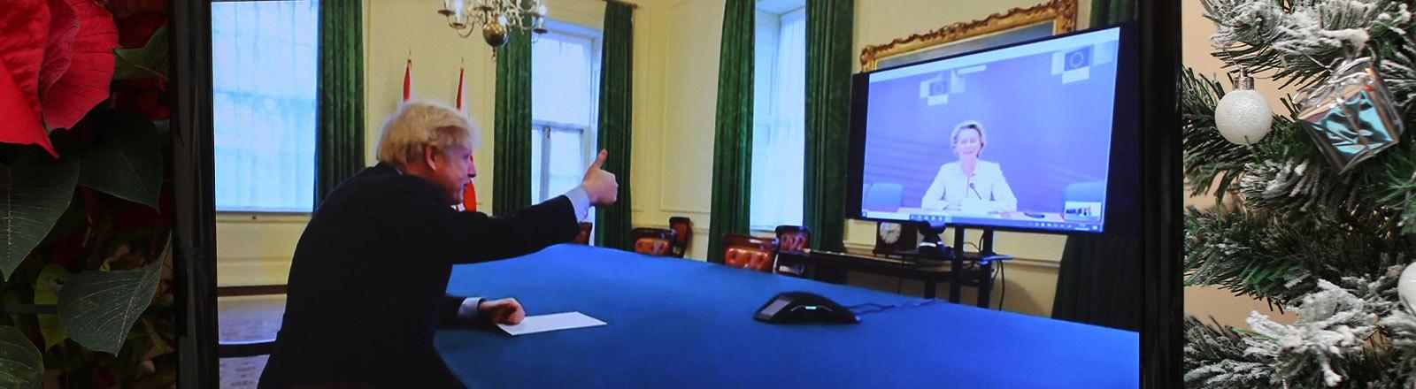 Boris Johnson gibt Ursula von der Leyen in einer Videokonferenz ein Daumen hoch Zeichen