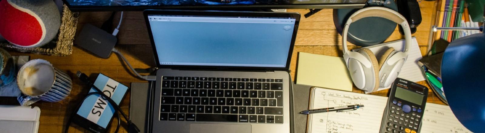 Laptop und Lernunterlagen