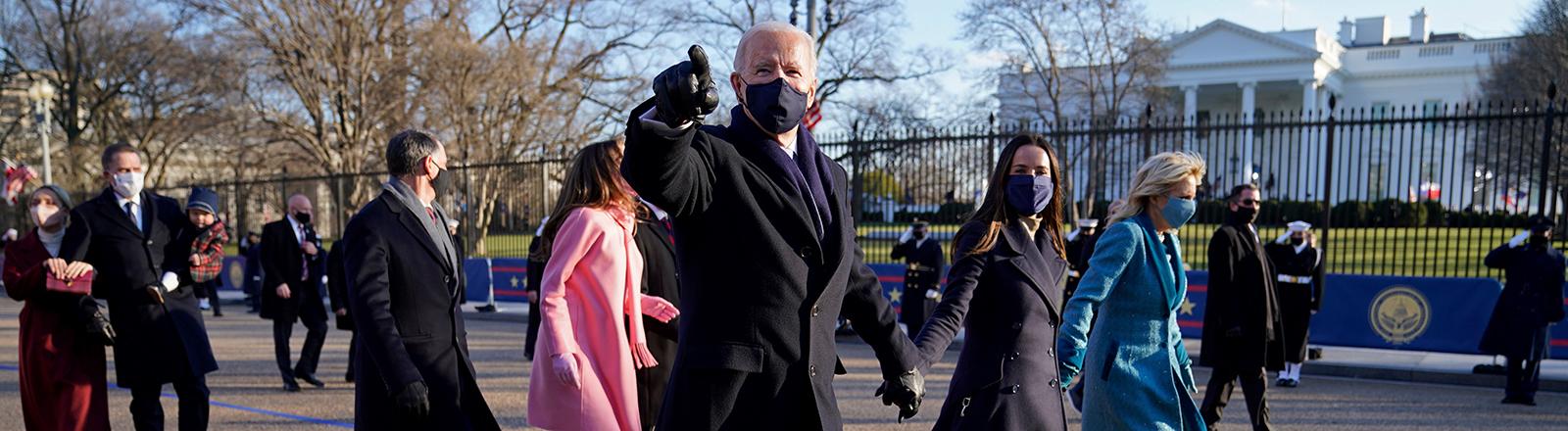 Joe Biden läuft mit seiner Frau, seinen Kindern und Enkelkindern Richtung Weißes Haus, das im Hintergrund zu sehen ist; es ist sein Amtsantritt (20.01.2021), Foto: dpa