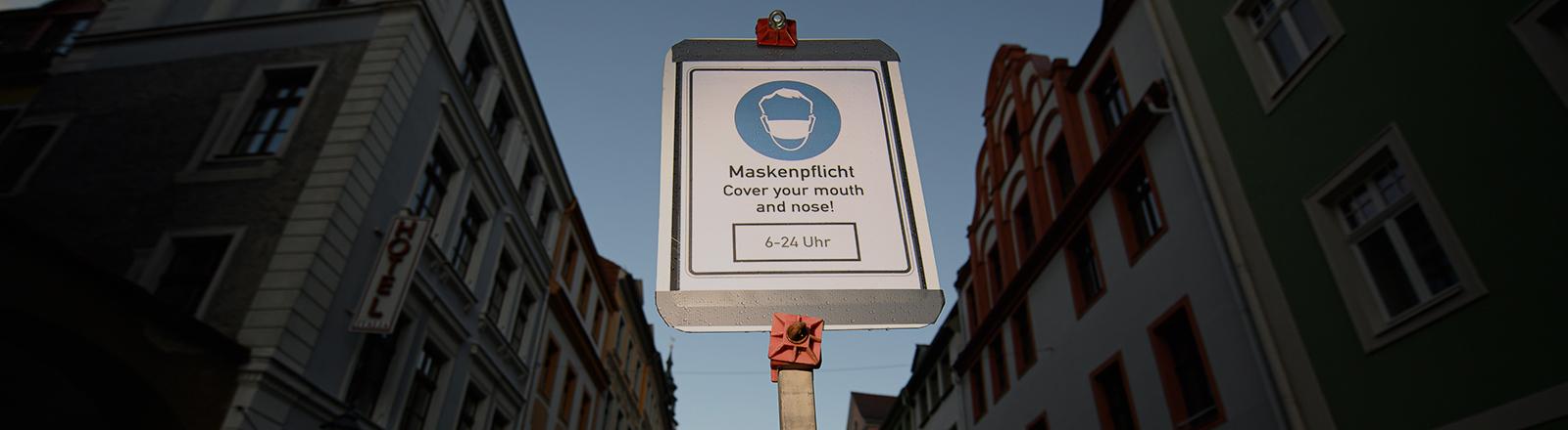 In der Fußgängerzone in der Altstadt von Görlitz steht ein Hinweisschild auf die Maskenpflicht zwischen 6 und 24 Uhr (19.11.2020); Foto: dpa