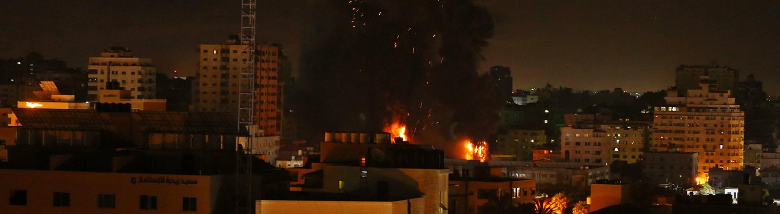 Im Gazastreifen brennen Häuser, Rauch steigt auf. Die israelische Armee hat in der Nacht den Gazastreifen beschossen (17.05.2021).