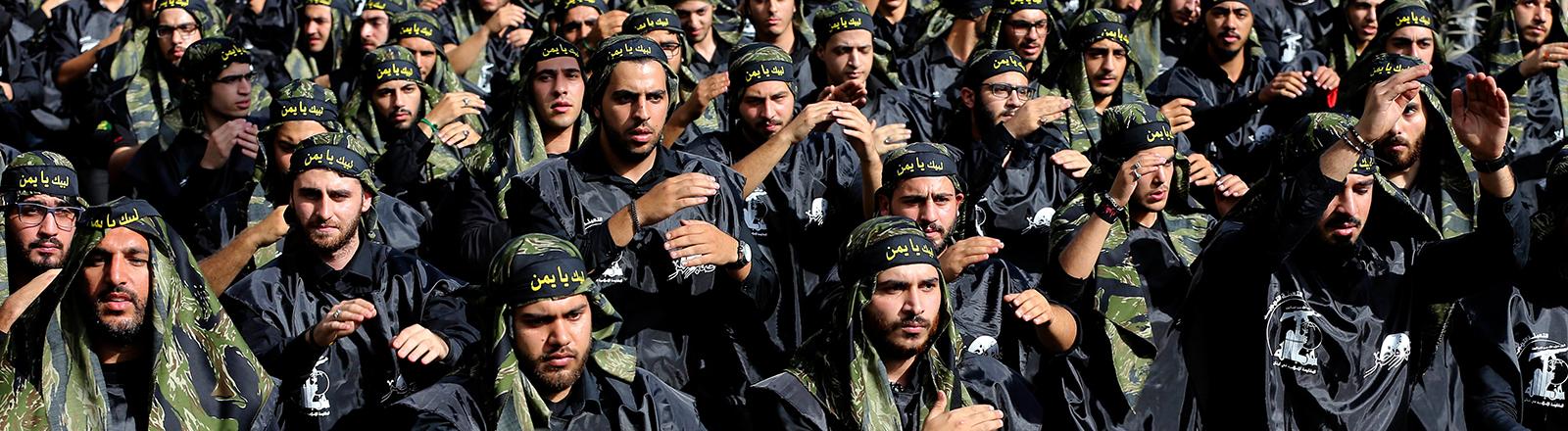 Mitglieder der schiitischen Miliz Hisbollah nehmen bei einem Marsch durch Beirut in Libanon teil (12.10.2016)