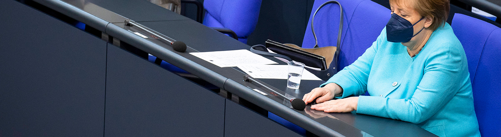 Angela Merkel hält ihre voraussichtlich letzte Regierungserklärung im Bundestag; vorab sitzt auf einem Stuhl und blickt auf ihre Hände, Augen geschlossen (24. Juni 2021)