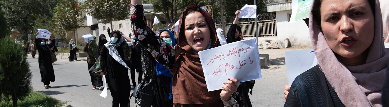 In Kabul demonstrieren Frauen vor der pakistanischen Botschaft. Sie wollen, dass Pakistan die Unterstützung für die Taliban einstellt; Foto: dpa (7.9.2021)