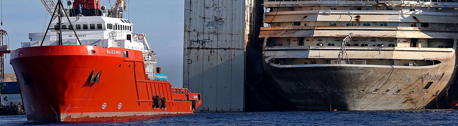 Costa Concordia wird abtransportiert.
