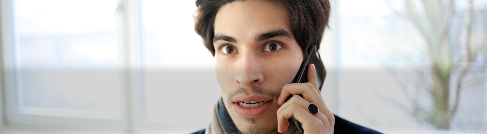 Ein Mann telefoniert mit seinem Smartphone.
