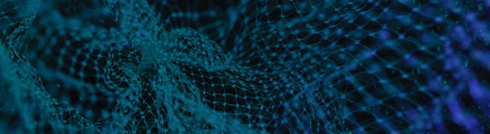 Abstrakes Bild eines Netzes unter Wasser