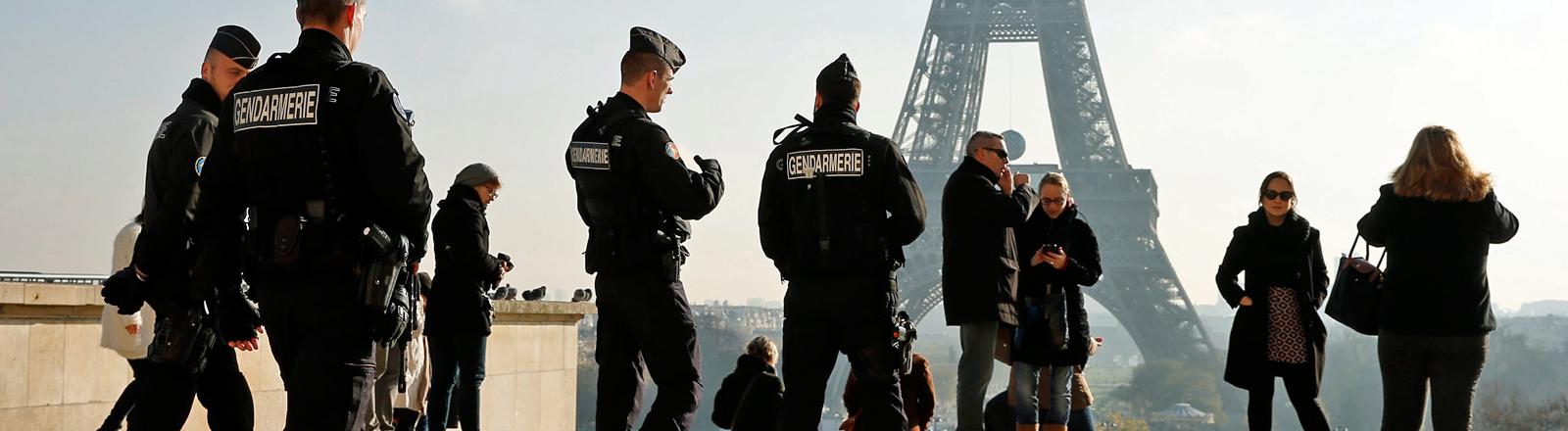 Nach den Anschlägen von Paris: Polizei am Eiffelturm
