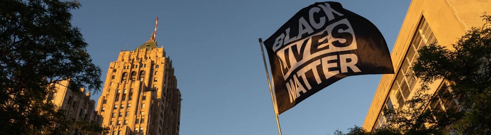 """Eine Flagge mit der Aufschrift """"Black Lives Matter"""" in Detroit."""
