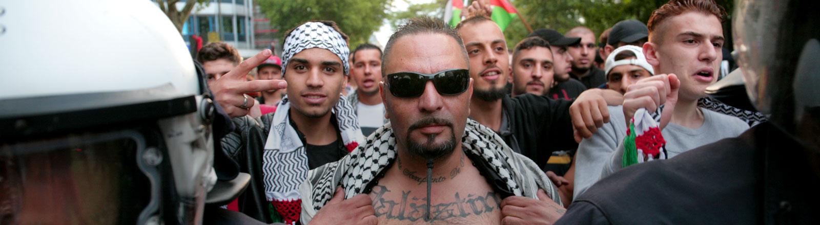 Mehrere hundert Palästinenser und Sympathisanten haben am Abend des 12.07.2014 in der Nähe der Berliner Fußball-Fanmeile gegen die Angriffe Israels im Gazastreifen protestiert.