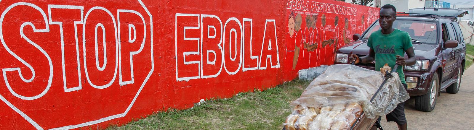 Eine Wandbemalung weist in Liberia auf die Gefahren von Ebola hin.