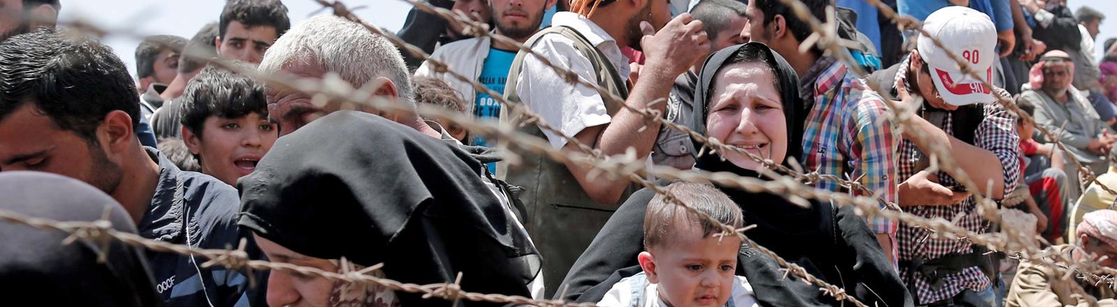 Flüchtlinge an der Grenze zwischen der Türkei und Syrien