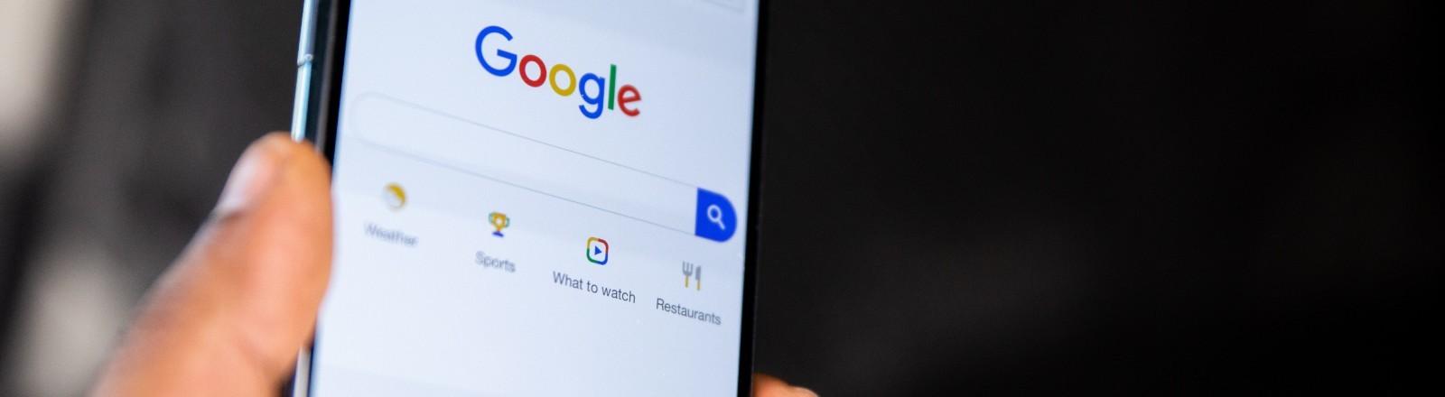 Die Suchmaschine von Google ist auf einem Smartphone geöffnet.