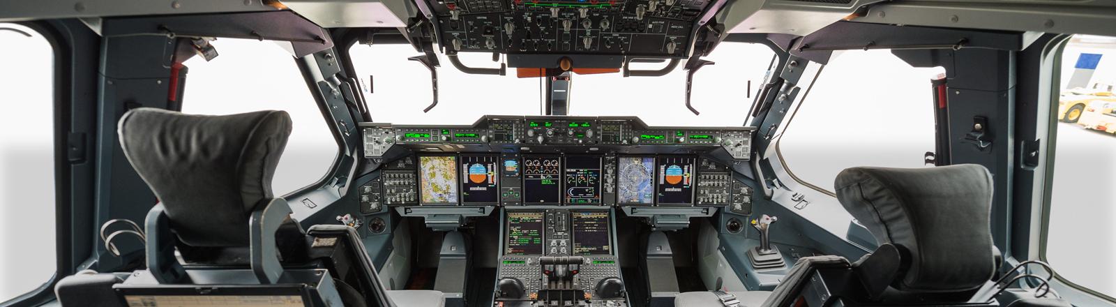 Das leere Cockpit eines Flugzeuges des Typs Airbus A400M, aufgenommen am 07.11.2014 in Sevilla.