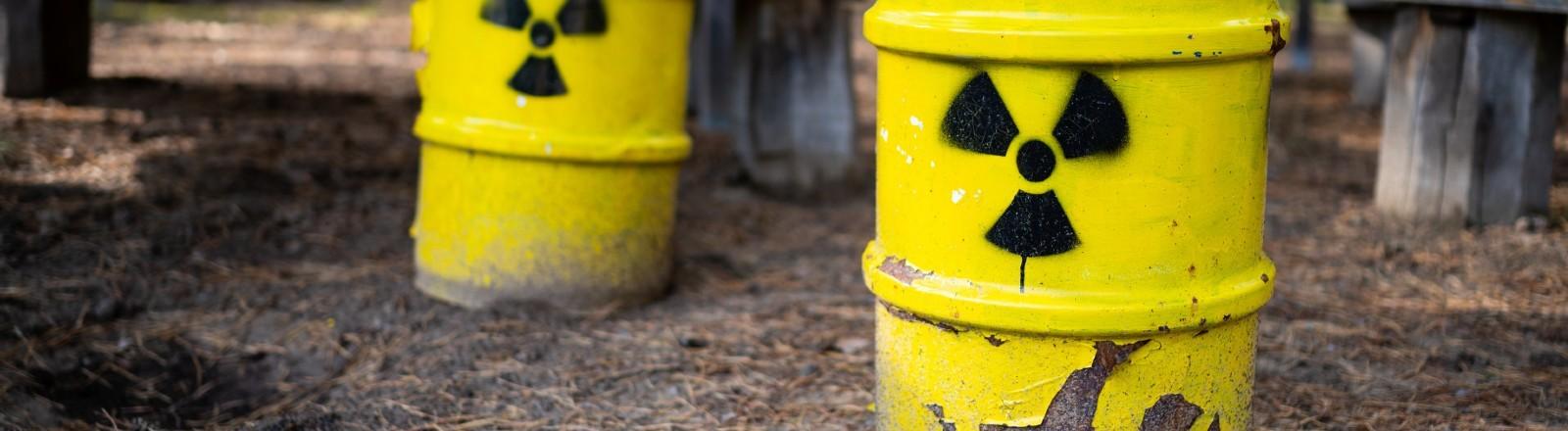 Symbolische Tonnen mit radioaktivem Atommüll