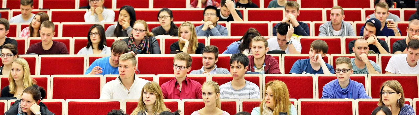Studenten der Wirtschaftswissenschaften sitzen am 15.10.2014 in einer Vorlesung an der Universität Leipzig (Sachsen).