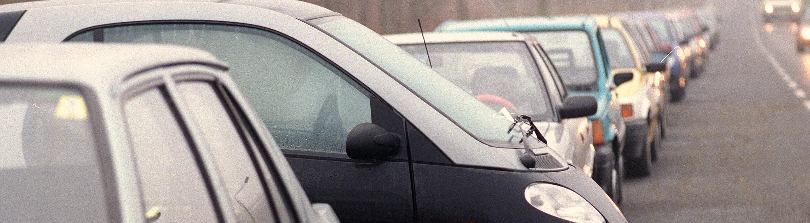 Autos in einer langen Reihe geparkt
