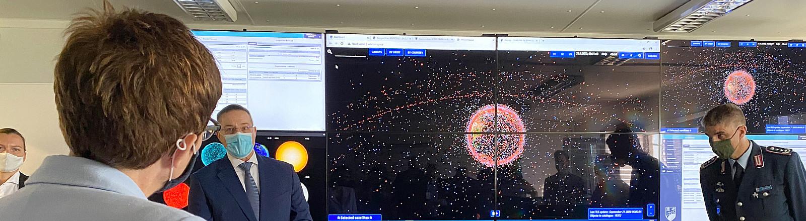 Bundesverteidigungsministerin Annegret Kramp-Karrenbauer betrachtet am 21.09.2020 im neuen Weltraumoperationszentrum der Luftwaffe die aktuelle Weltraumlage.