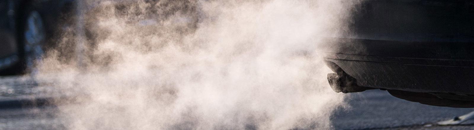 Auspuff pustet Abgase in die Luft