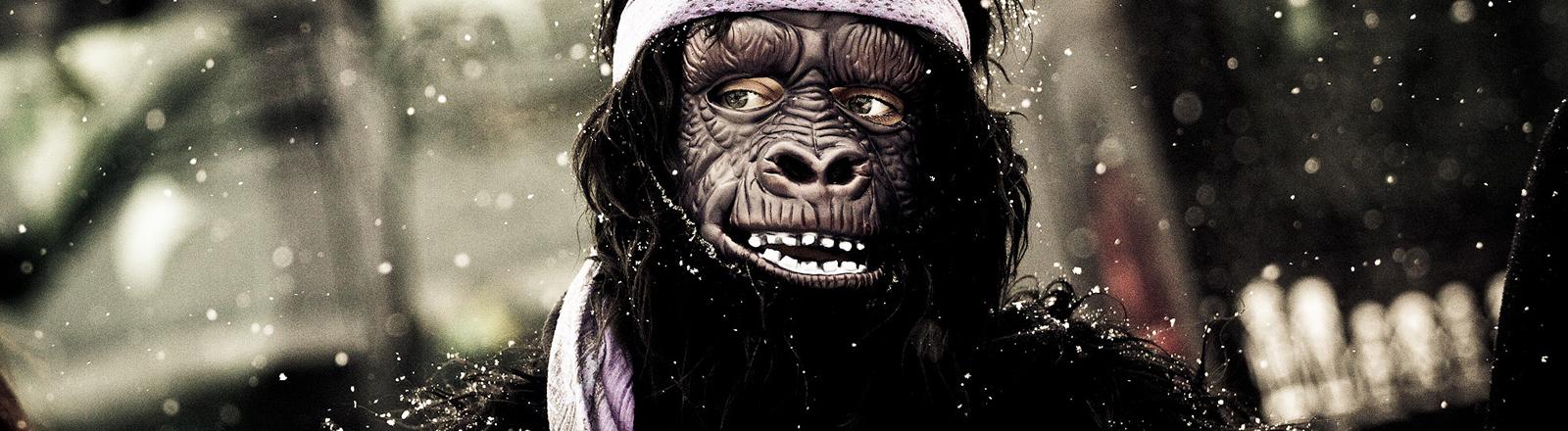 Ein Mensch im Affenkostüm