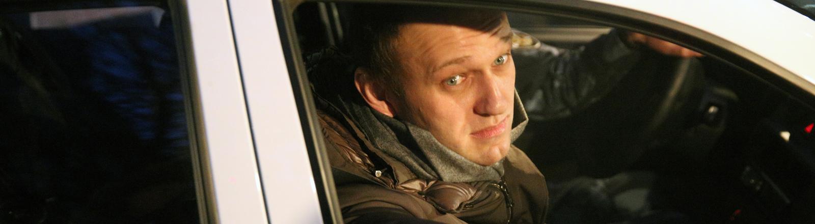 Alexej Navalny in einem russischen Polizeiwagen
