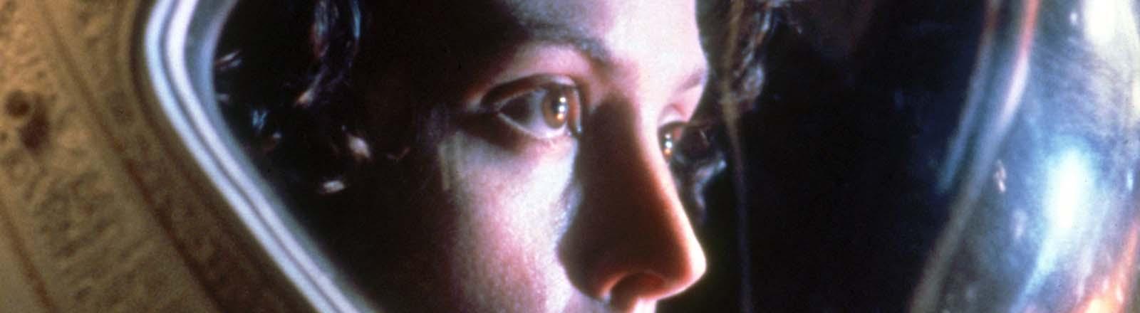 """Ellen Ripley (Sigourney Weaver) trägt in dem neuen Kinofilm """"Alien - Director's Cut"""" ihren schweren Raumfahrerhelm"""