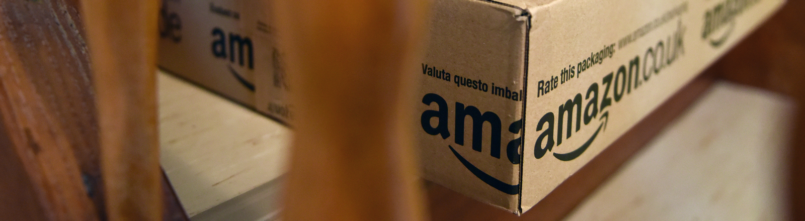 Päckchen des Online-Versandhändlers Amazon liegen am 20.12.2014 in einem Treppenhaus in Kassel (Hessen).