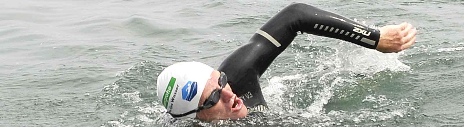 Andreas Fath, Chemie-Professor aus Furtwangen, schwimmt am 02.08.2014 nahe Konstanz (Baden-Württemberg) im Bodensee.