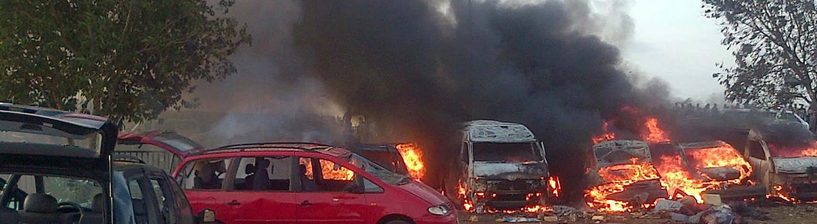 Brennende Autos nach einem Anschlag im Nyana Motor Park in Abuja, Nigeria.