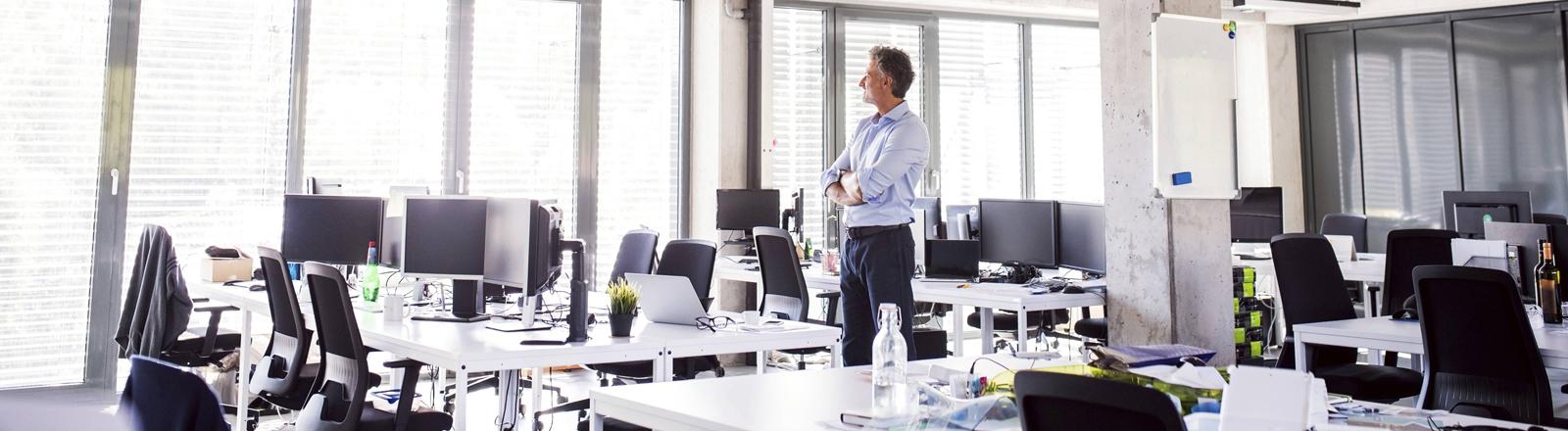 Alleine im Büro: Arbeitgeber sind auf der Suche nach Fachkräften