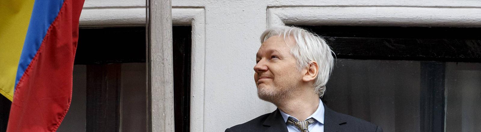 Julian Assange auf dem Balkon der Botschaft von Ecuador in London
