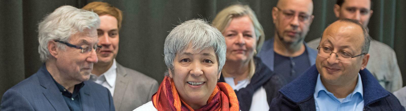 Seyran Ates, Gründerin der liberalen Moschee, mit Unterstützern