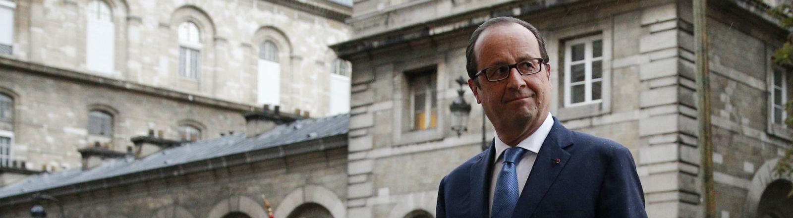 Frankreichs Präsident François Hollande lugt um die Ecke. Bild: dpa