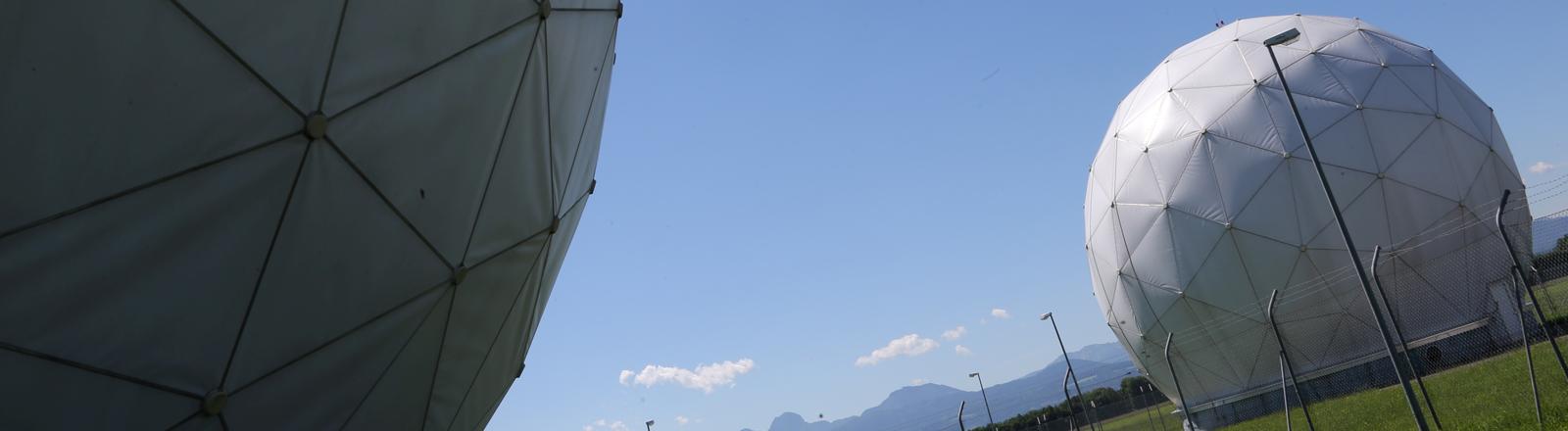 Empfangsanlagen, sogenannte Radome, sind am 06.06.2014 in Bad Aibling (Bayern) in BND-Außenstelle nahe der Mangfall-Kaserne zu sehen.