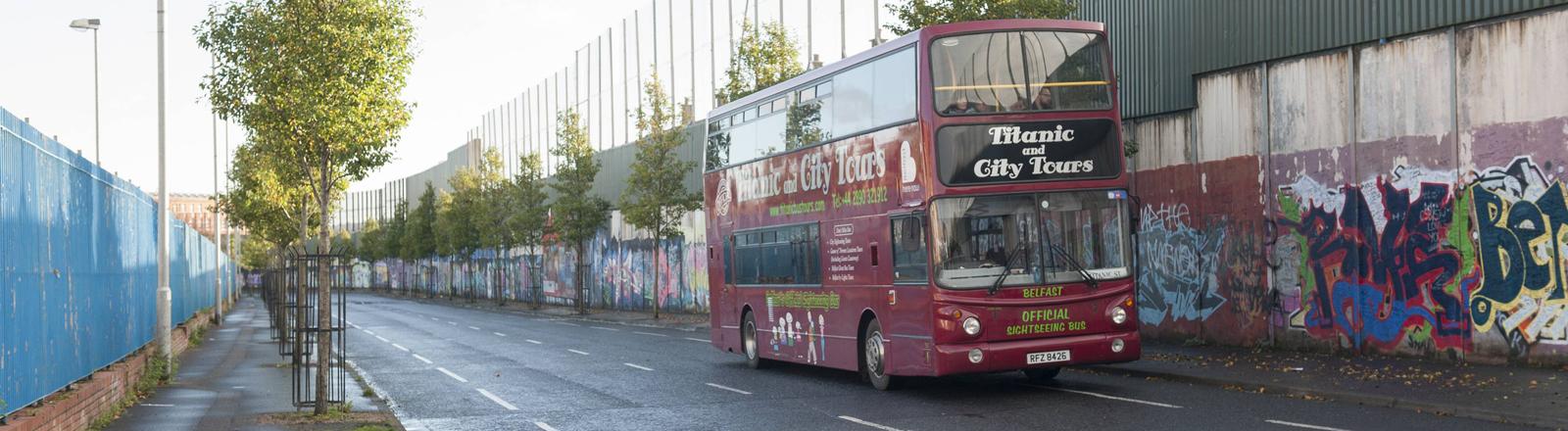 Peace Wall im Cupar Way, der protestantische und katholische Stadtteile in Belfast trennt