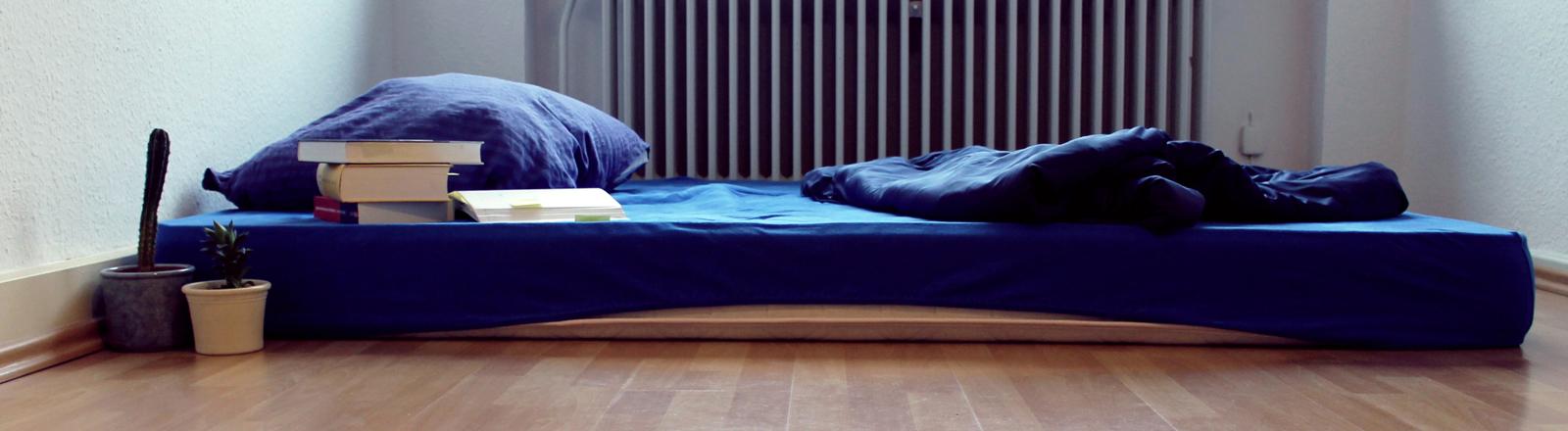 Eine Matratze vor einer Heizung