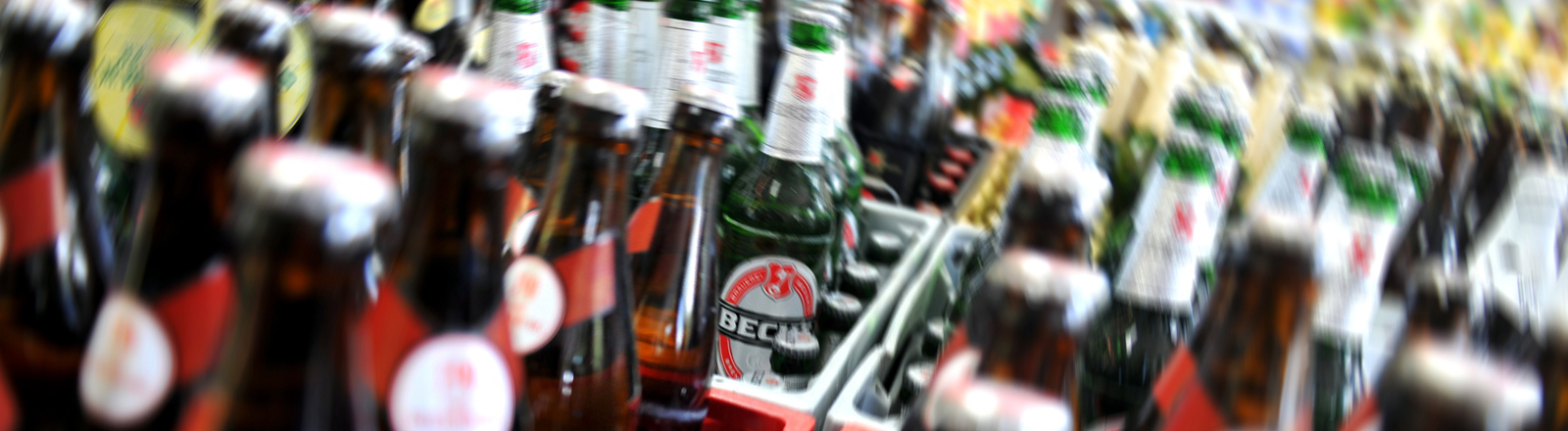 Bierflaschen stehen am 04.10.2013 in Berlin in einem Kiosk in Kreuzberg.