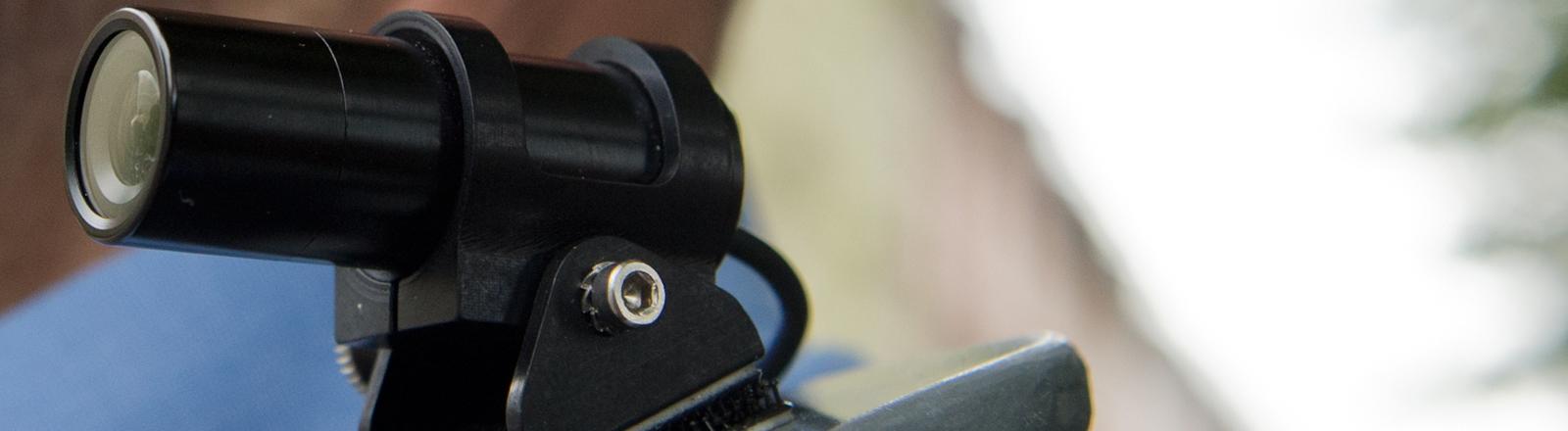 Eine Bodycam, eine winzige Videokamera auf der Schulter eines Polizisten, aufgenommen am 27.05.2013 in Frankfurt am Main (Hessen).