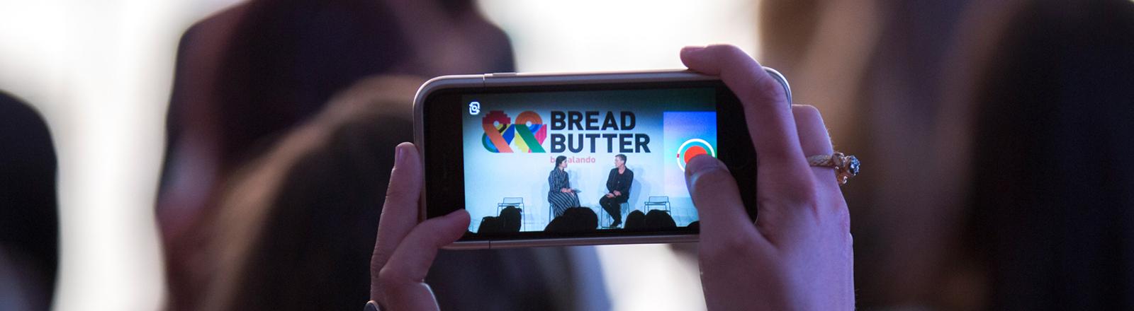 Auf einem Handy ist das Logo von Bread and Butter zusehen