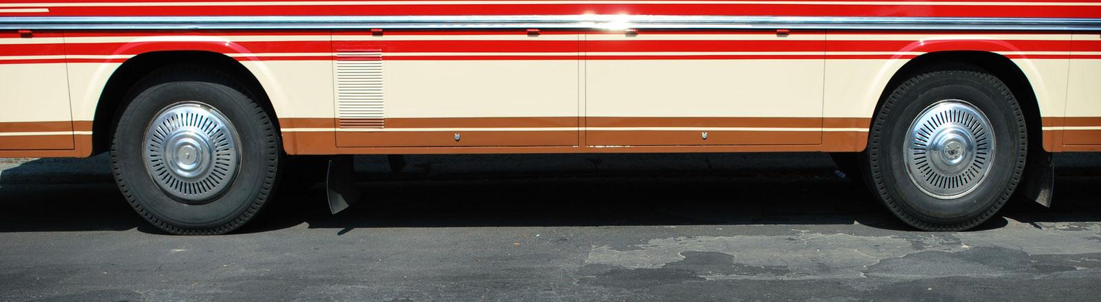 Die Räder eines Busses auf einer Straße