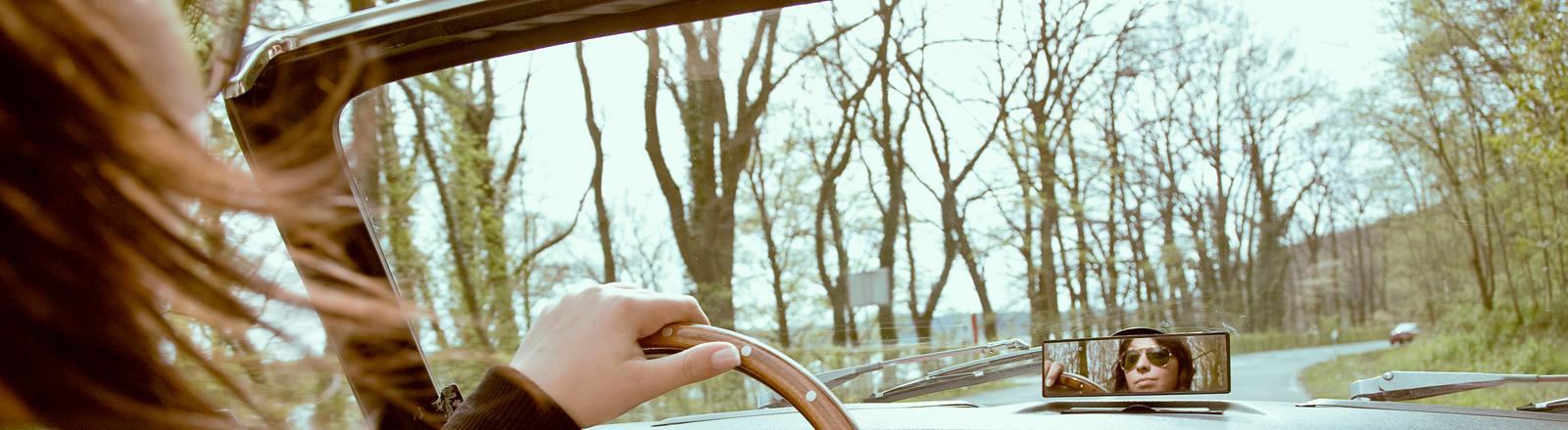 Eine Frau im Cabrio