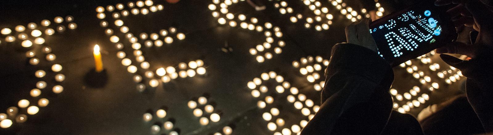 Gedenken an die Mordopfer von Charlie Hebdo auf dem Place de la Republique in Paris