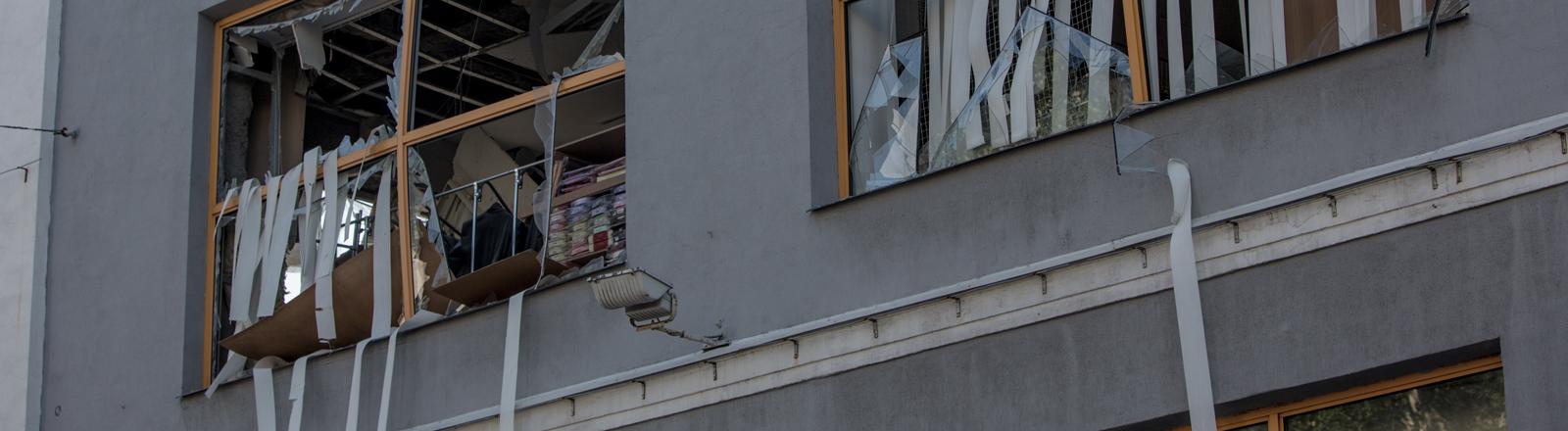 Ein Haus in Donezk mit zerschossenen Fenstern
