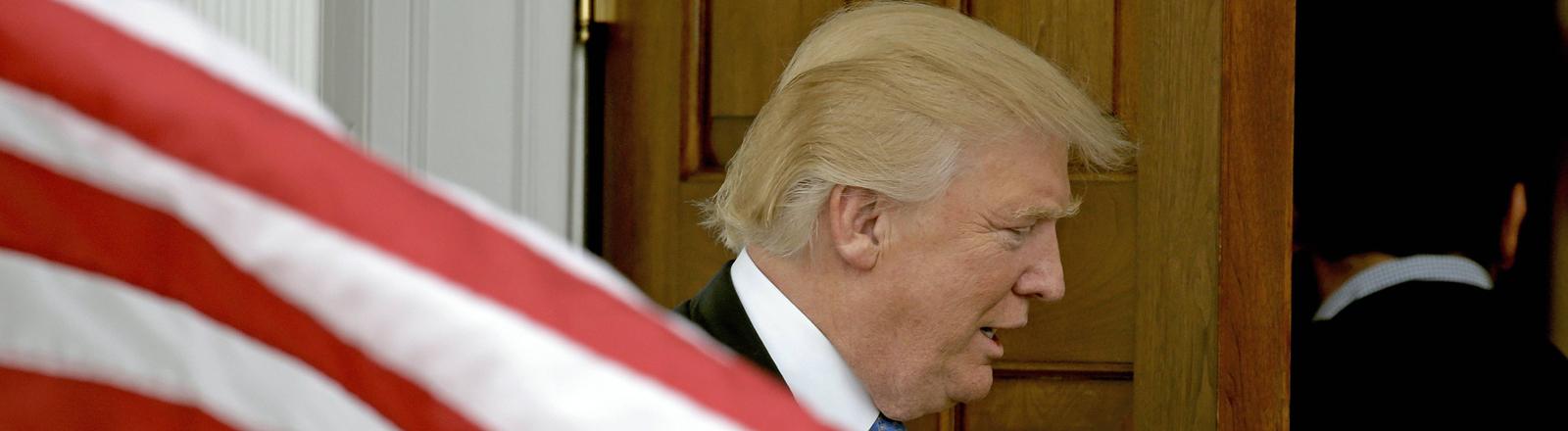 Donald Trump vor einer US-Fahne