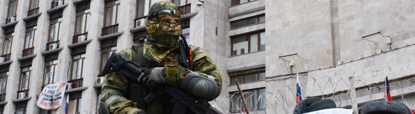 Ein Kämpfer des pro-russischen Vostok-Battalions vor dem Gebäude der Regionalregierung in Donezk.