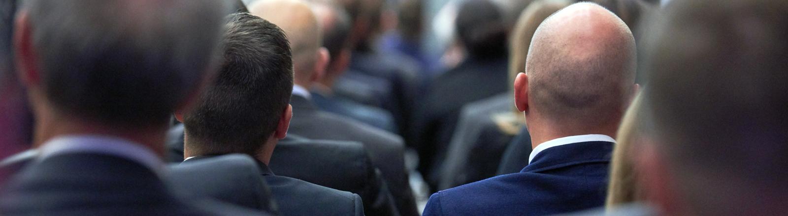 Auch eine Form von Dresscode: Männergruppe im Anzug