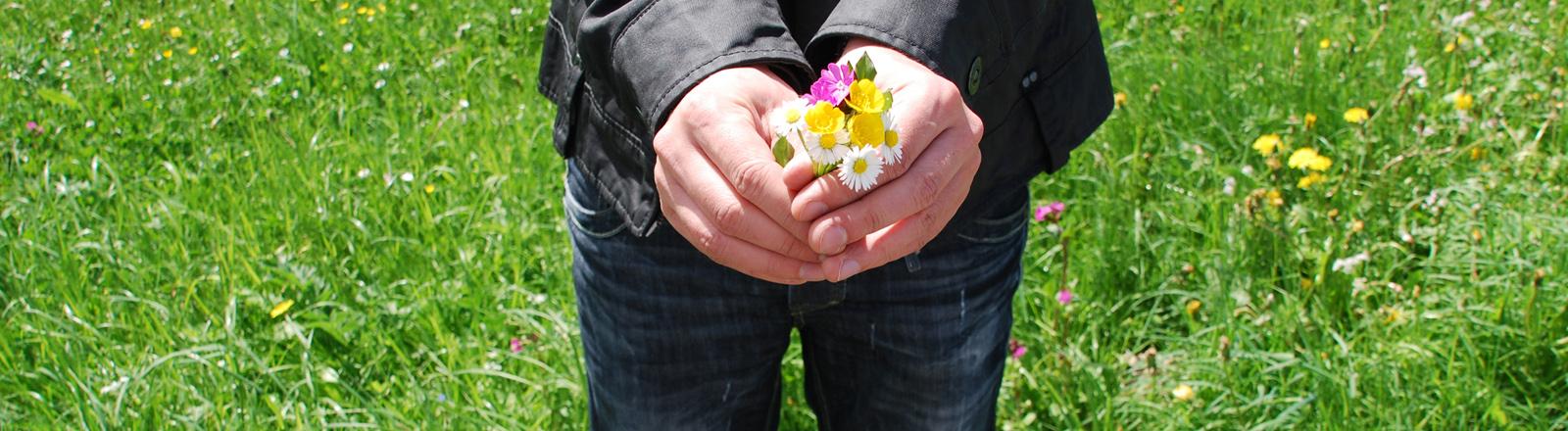 Ein Mann mit einem Blumenstrauß